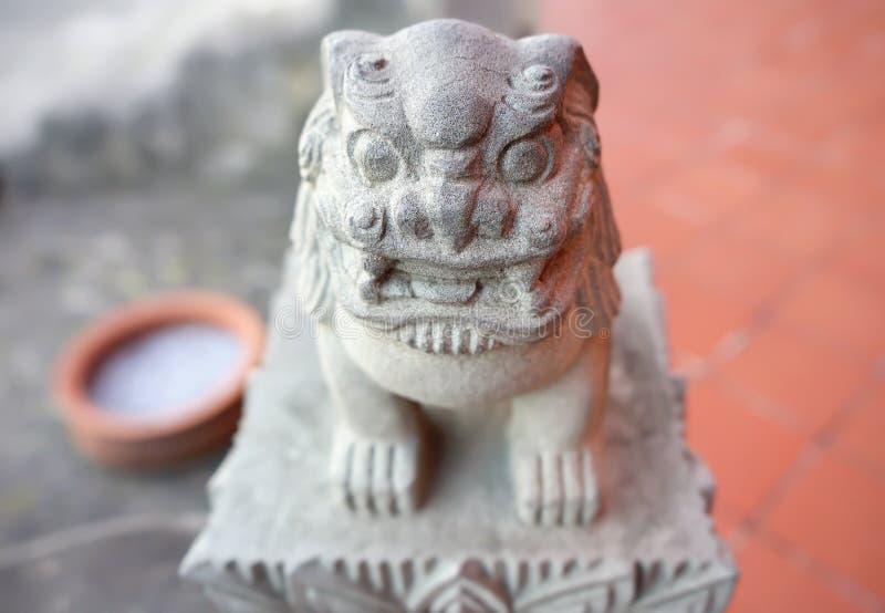 Escultura protetora do leão de Shisa da deidade no castelo de Shuri de Okinawa Prefecture, Japão fotografia de stock royalty free