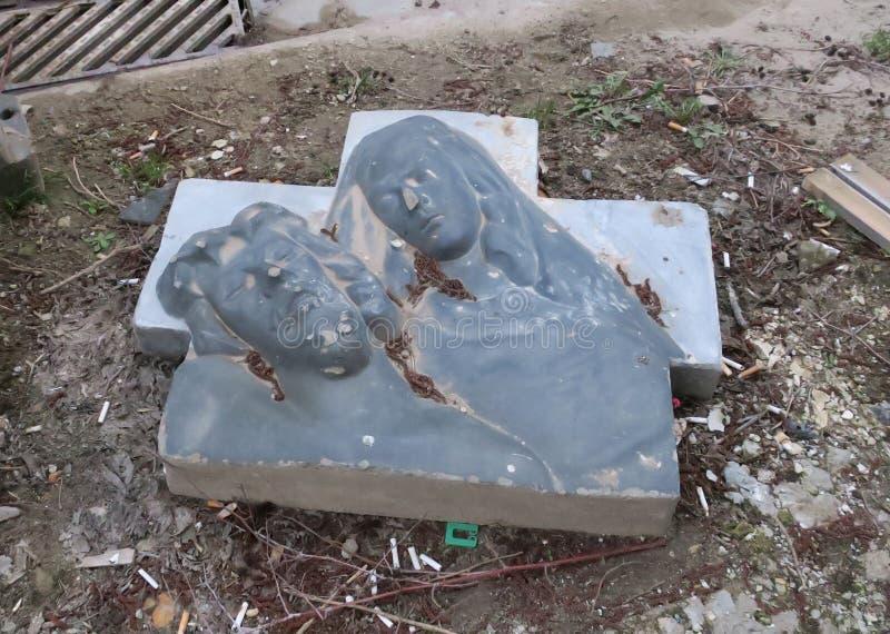 Escultura quebrada com uma cruz nas ruas de Antwerpen fotos de stock