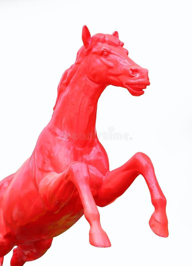 Escultura roja del caballo aislada en el fondo blanco fotos de archivo