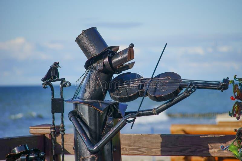 Escultura romántica del metal en el mar Báltico fotografía de archivo