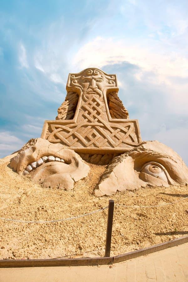 Escultura Shortlived da areia. Martelo do Thor fotografia de stock