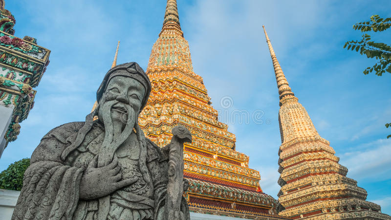 Escultura Tailandês-chinesa de pedra do estilo e arquitetura tailandesa da arte no templo de Wat Phra Chetupon Vimolmangklararm W foto de stock