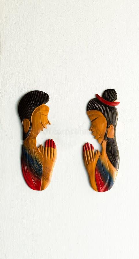 Escultura tailandesa de la mujer y del hombre que paga el respecto, llamada tailandesa foto de archivo libre de regalías