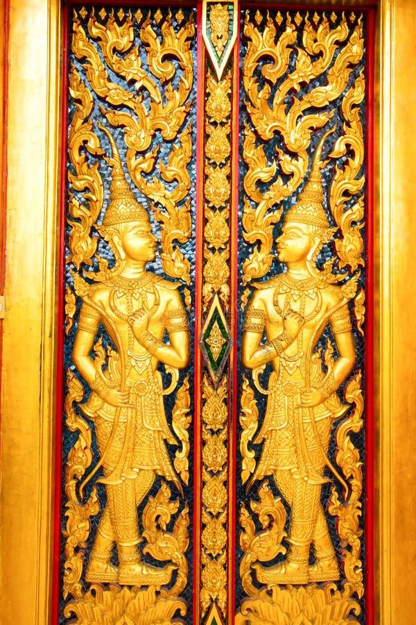 Escultura tailandesa de la puerta del templo imagenes de archivo