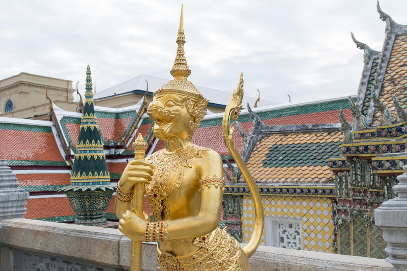 Escultura tailandesa do estilo no palácio grande foto de stock royalty free