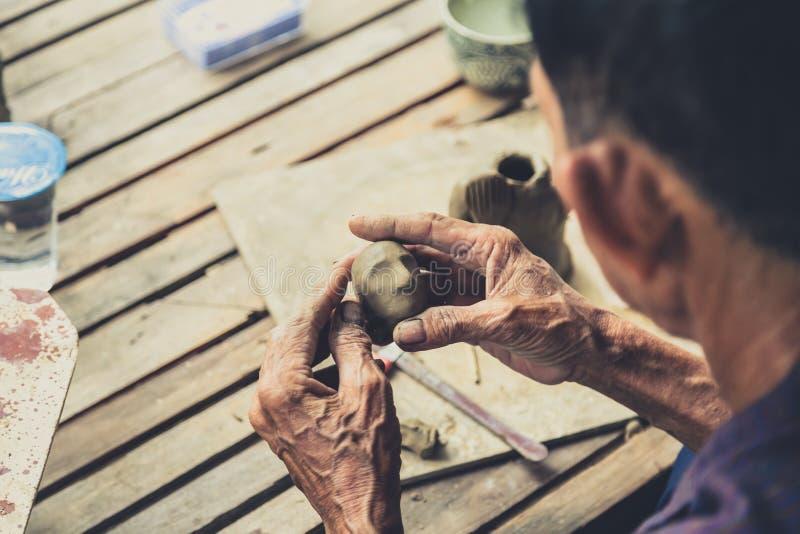 A escultura tailandesa profissional handcraft o artista imagens de stock