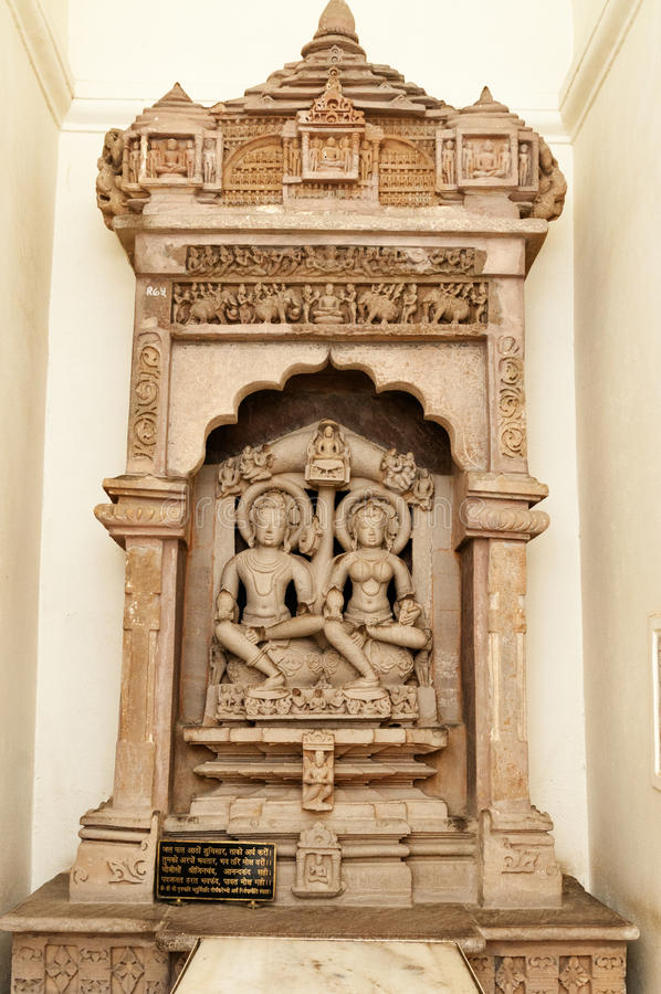 Escultura tallada piedra en el templo de Shantinath Templos Jain de Khajuraho fotos de archivo libres de regalías