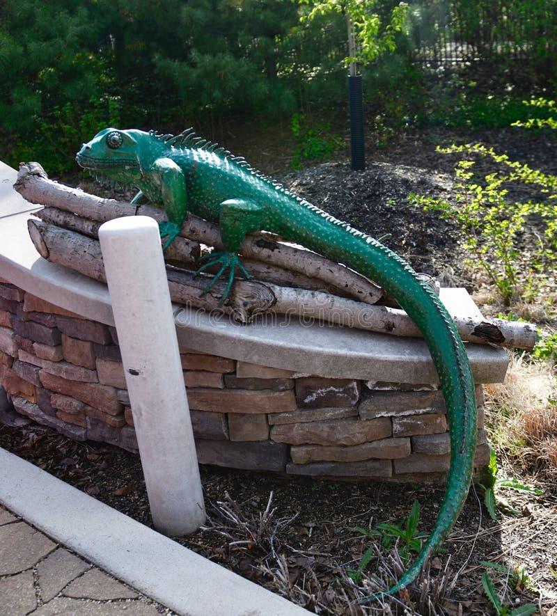 Escultura verde de la iguana imagen de archivo