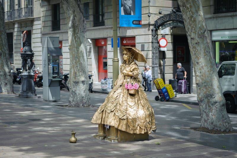 Escultura viva da mulher no vestido dourado na rua de Ramla da cidade de Barcelona foto de stock royalty free