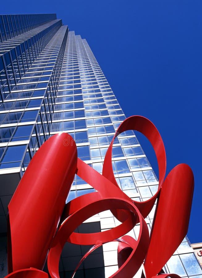 Escultura y rascacielos rojos, Dallas imagenes de archivo