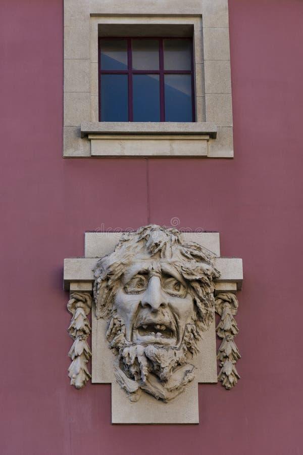 Escultura y ventana espeluznantes de la cara sobre ella S João National Theater, Oporto, Portugal imagenes de archivo