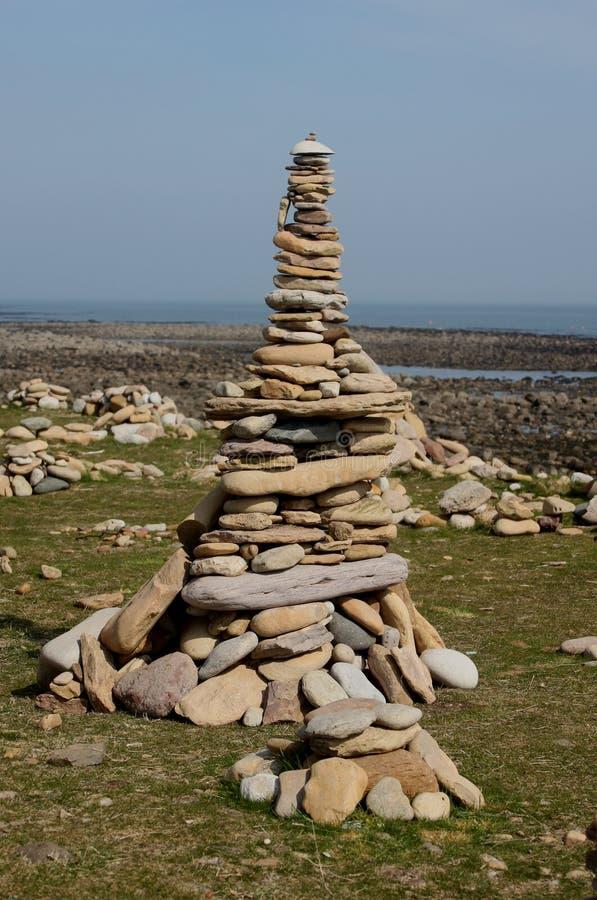 Esculturas abstractas del guijarro y de la roca en la playa imagen de archivo