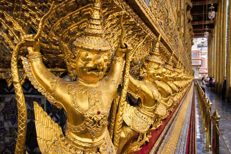 Esculturas antiguas tailandesas del pájaro en palacio magnífico Estatuas de Garuda en Wat Phra Kaew fotografía de archivo libre de regalías