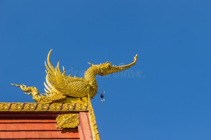 Esculturas bonitas da cisne e do naga no telhado da igreja sob o fundo do céu azul em Wat Rong Suea Ten Temple, igualmente conhec imagens de stock
