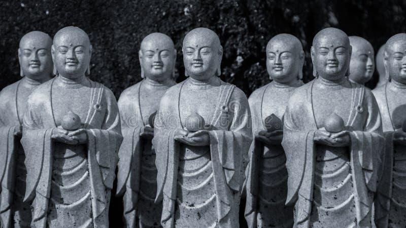 Esculturas da Buda no parque de Kamakura Símbolos religiosos de Japão foto de stock