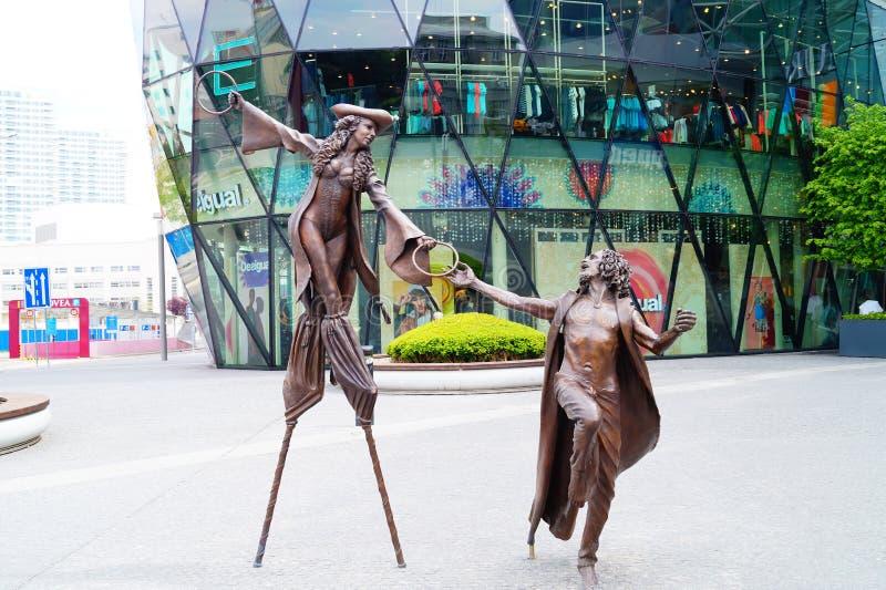 Esculturas de artistas do circo perto do shopping em Bratislava imagem de stock royalty free