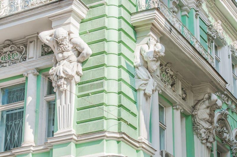Esculturas de Atlantes na fachada da construção na rua de Ilinka fotos de stock royalty free