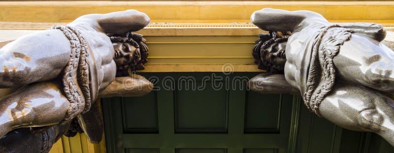 Esculturas de Atlantes no eremitério novo, St Petersburg, Rússia foto de stock
