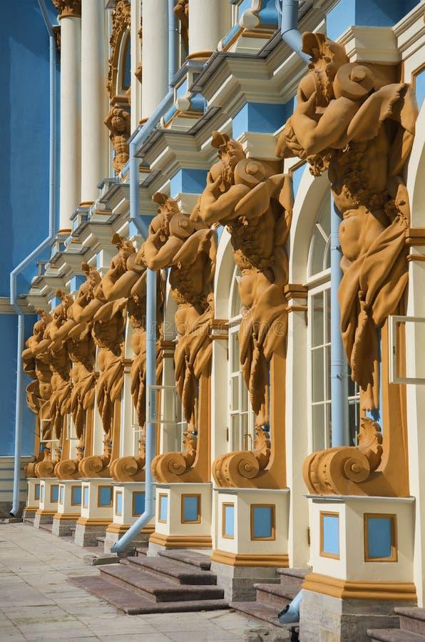 Esculturas de Atlantes que apoiam Catherine Palace Tsarskoye Selo fotos de stock royalty free