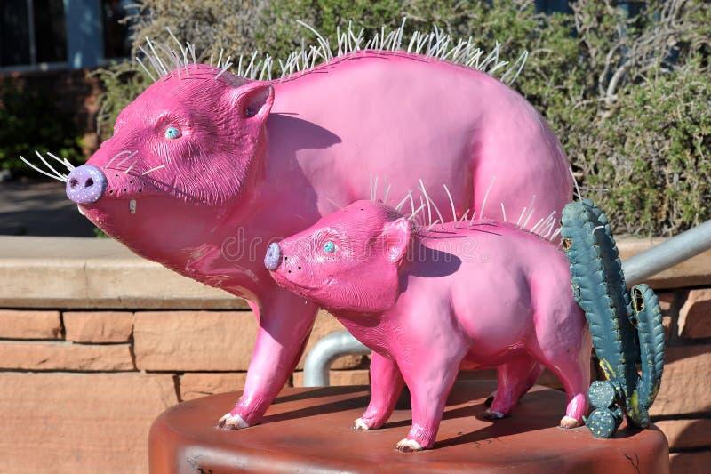 Esculturas de cerdos rosados en la calle central de la ciudad fotos de archivo libres de regalías