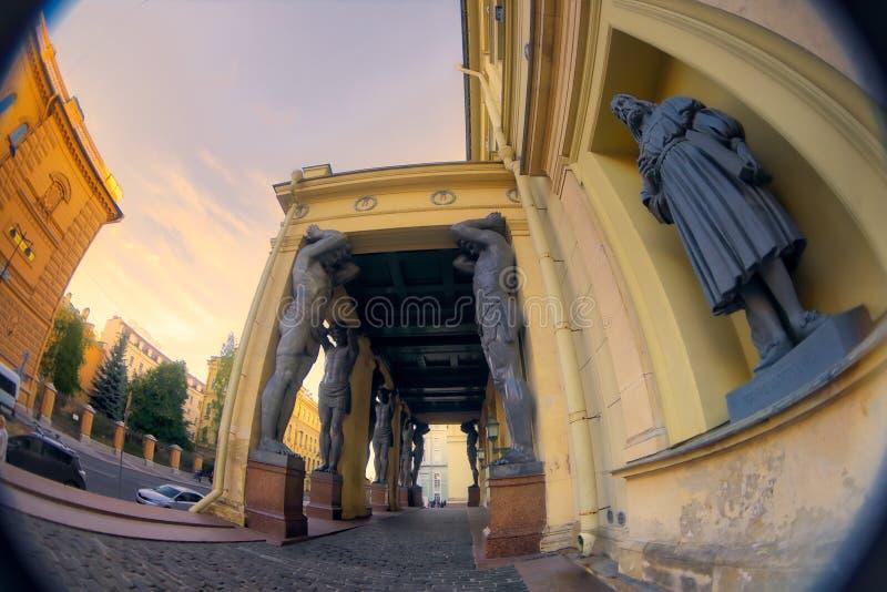 Esculturas de la Atlántida de la nueva ermita, St Petersburg, Rusia Lente de ojo de pescados que crea una visión granangular estu fotografía de archivo libre de regalías