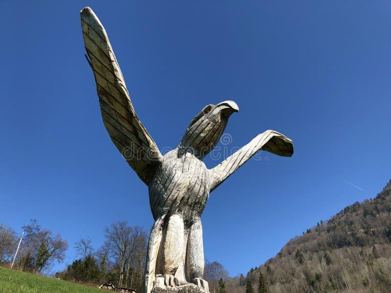Esculturas de madeira nas inclinações da montanha de Rigi e acima da lucerna Vierwaldstättersee do lago fotografia de stock