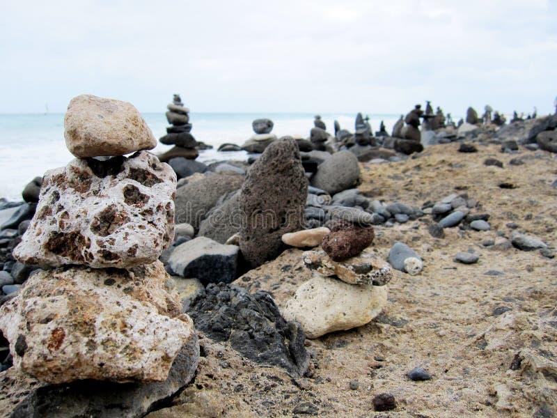 Esculturas de pedra na praia imagens de stock