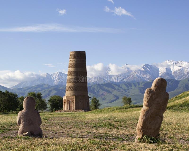 Esculturas de piedra antiguas cerca de la torre vieja de Burana situada en famoso imágenes de archivo libres de regalías