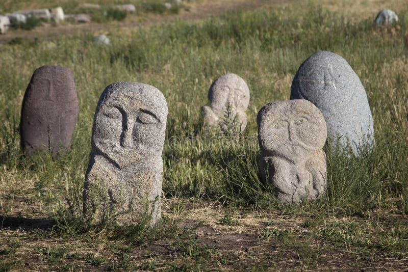 Esculturas de piedra antiguas cerca de la torre vieja de Burana situada en famoso foto de archivo