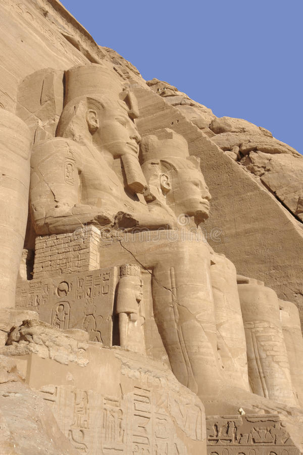 Esculturas de piedra en los templos de Abu Simbel en Egipto imagenes de archivo