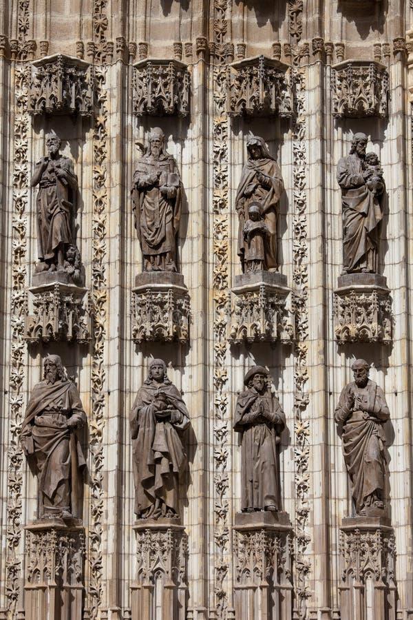Esculturas de santos en fachada de la catedral de Sevilla imagen de archivo