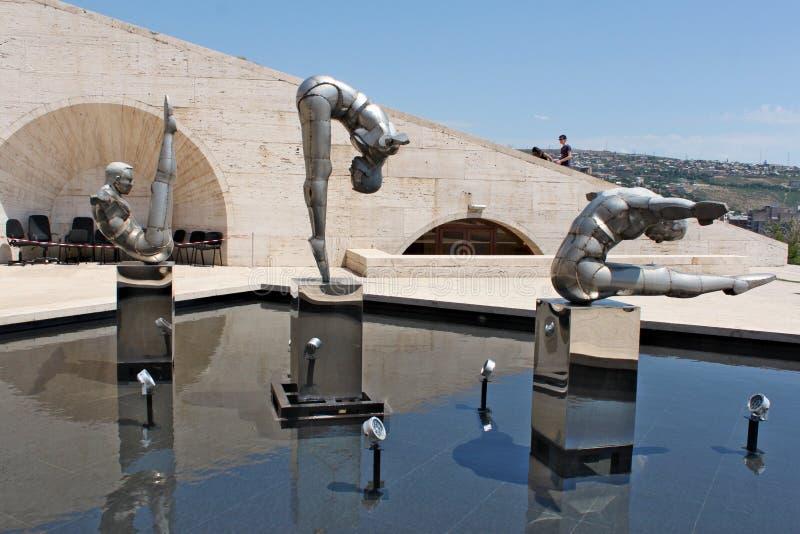 Esculturas de três atletas sobre cascatas em Yerevan foto de stock