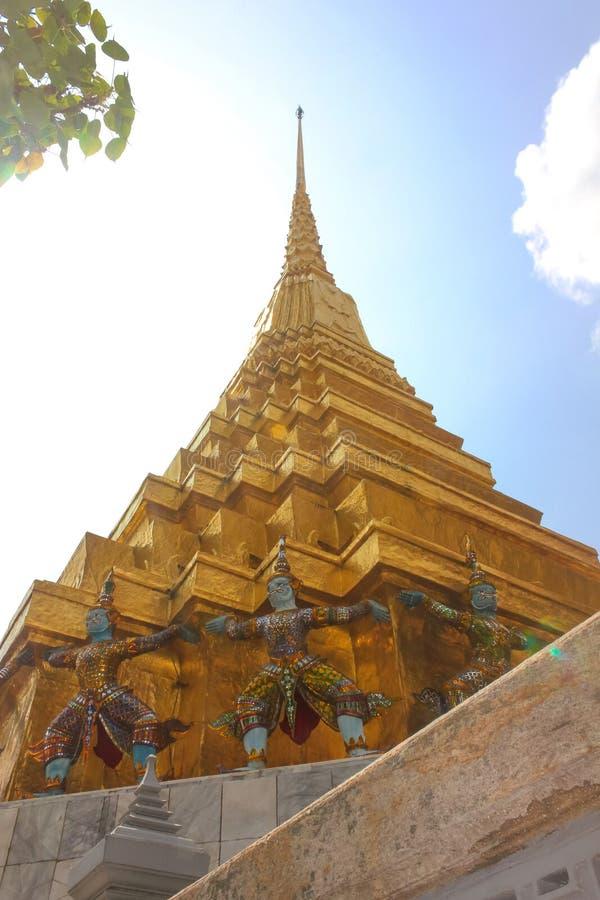 Esculturas de um Thotsakhirithon ou de um demônio gigante, Yaksha em Emerald Buddha Temple fotos de stock