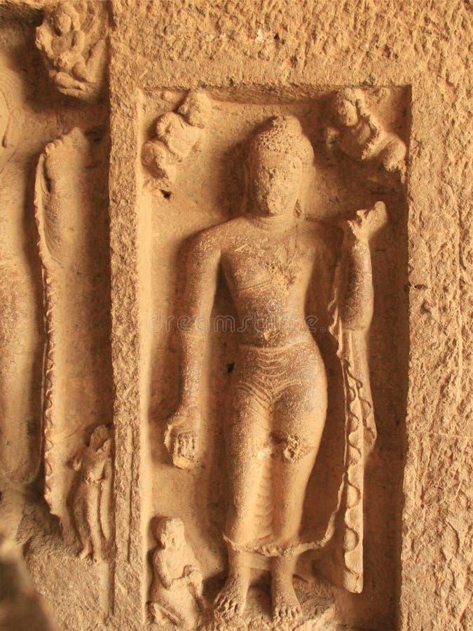 Esculturas del embutido en cueva budista fotografía de archivo libre de regalías