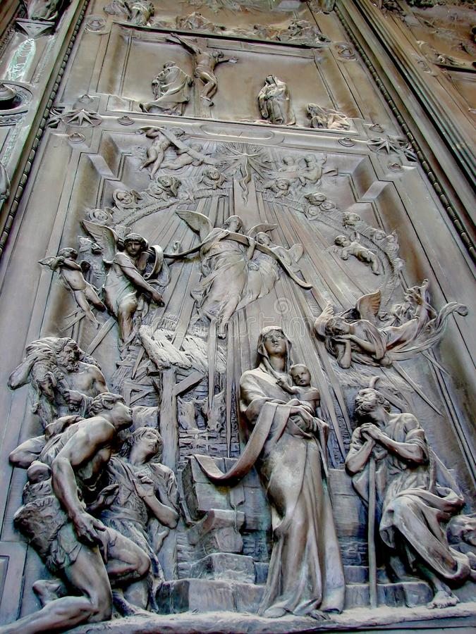 Esculturas detalladas en la puerta santa de la basílica de San Pablo fuera de las paredes imagen de archivo