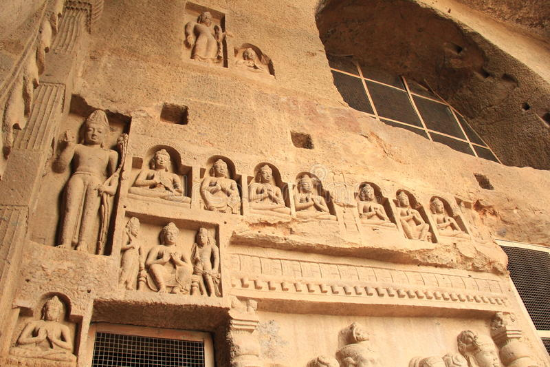 Esculturas do embutimento na caverna budista profunda imagens de stock royalty free