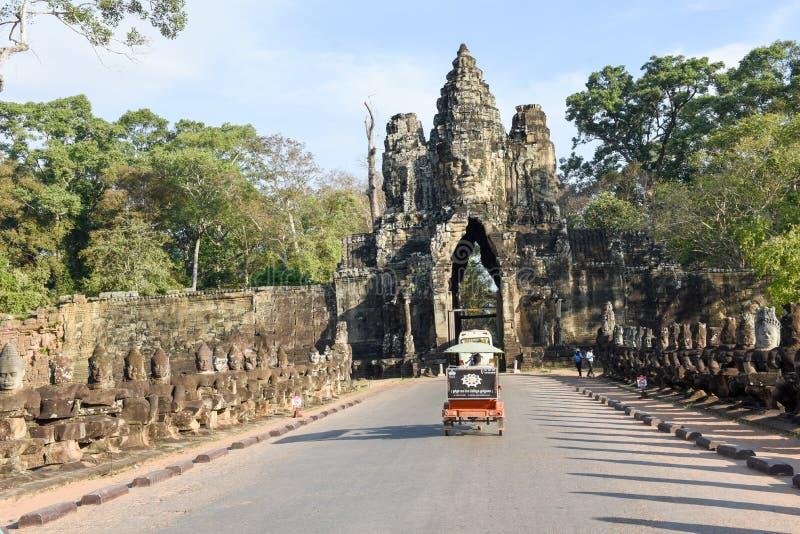 Esculturas dos demônios na porta sul a Angkor Thom, Camboja imagens de stock