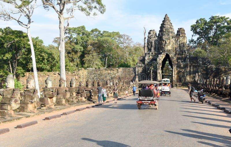 Esculturas dos demônios na porta sul a Angkor Thom, Camboja imagem de stock royalty free