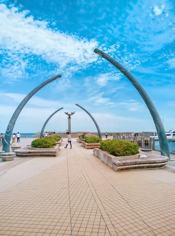 Esculturas e fonte do arco na praia de Atami Sun, cidade de Atami, Shizuoka, Japão foto de stock