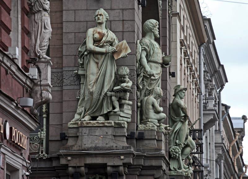 Esculturas en el edificio del teatro de Nikolay Akimov Saint Petersburg Comedy fotografía de archivo