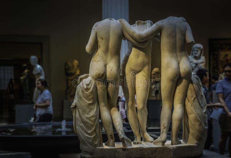Esculturas en el museo de arte metropolitano fotos de archivo