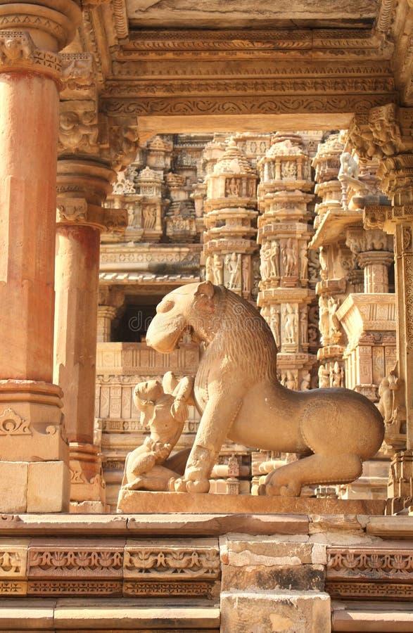 Esculturas humanas eróticas famosas no templo, Khajuraho, Índia fotos de stock