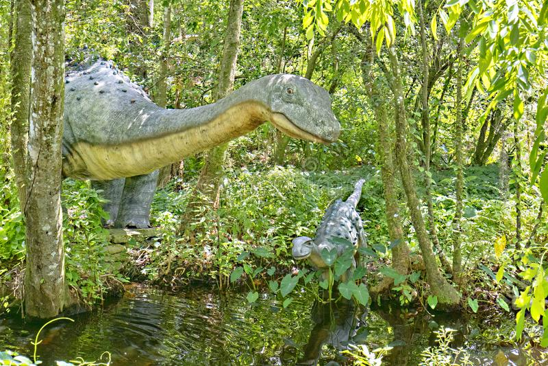 Esculturas Lifesize de uma mãe e de um bebê do dinossauro do Saltasaurus foto de stock royalty free