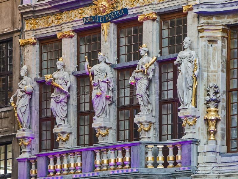 Esculturas na fachada da casa Le Renard em Grand Place, Bruxelas, Bélgica foto de stock