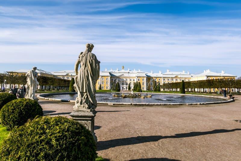 Esculturas no parque mais baixo de Peterhof Peterhof Rússia fotografia de stock royalty free