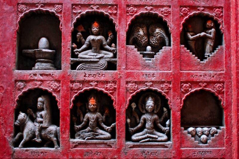 Esculturas pequenas de deuses hindu, de amantes e de crânios  imagem de stock
