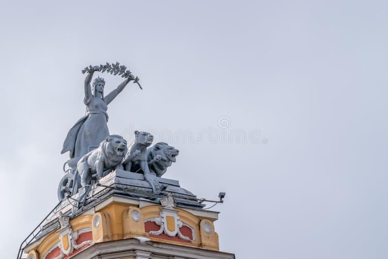 Esculturas sobre o teatro nacional de Cluj-Napoca, Romênia imagem de stock royalty free
