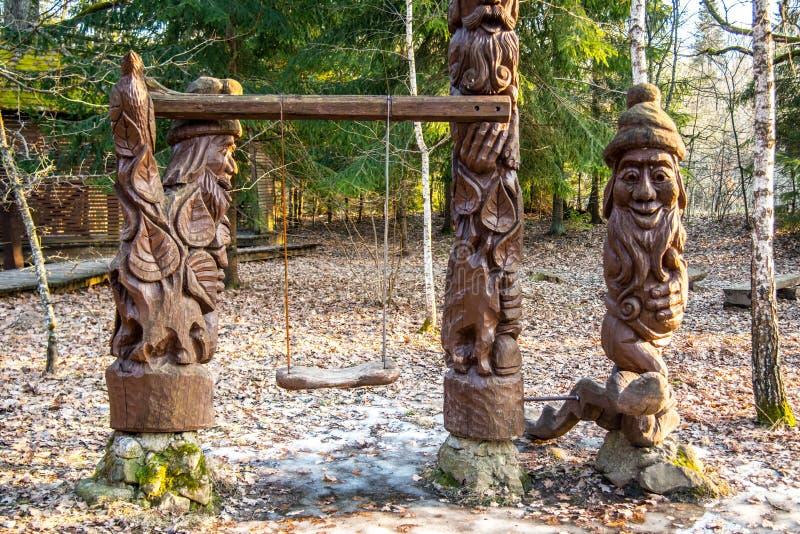 Esculturas talladas de madera en parque imagenes de archivo