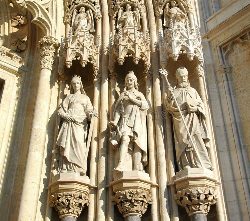 Esculturas velhas do templo das pedras calcárias na Croácia foto de stock