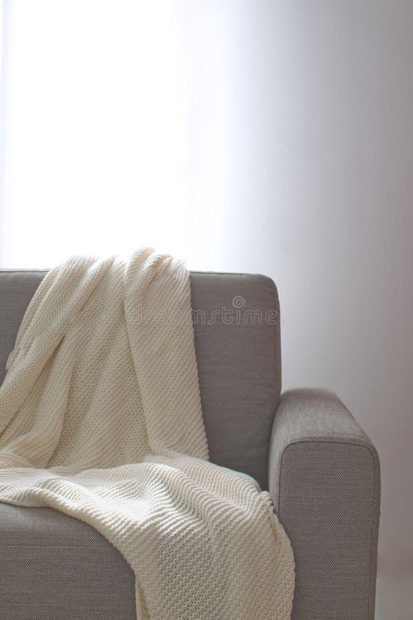 Escumalhas acolhedores interiores home da decoração da sala da manta de Sofa Knitted da sala de visitas foto de stock